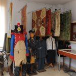 Sztandary i mundury wojskowe z różnych okresów i strój Katolickiego Stowarzyszenia Młodzieży Żeńskiej