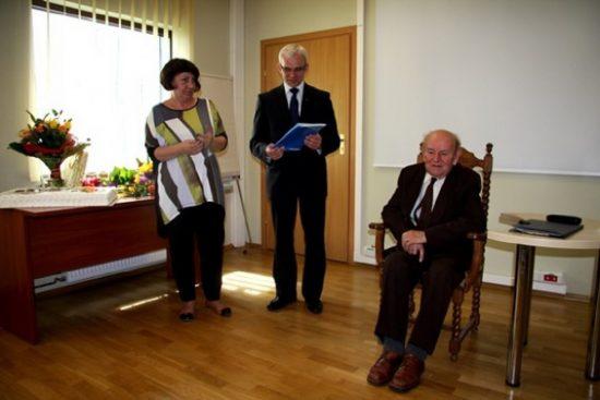 Maria Matelska-Busza (dyrektor biblioteki) i Tomasz Łęcki (burmistrz) składają gratulacje kustoszowi Norbertowi Kulse
