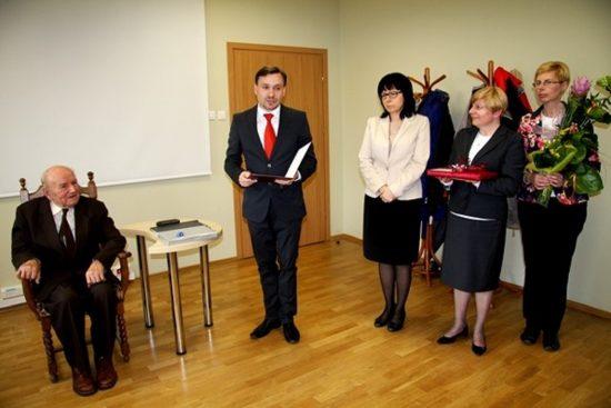 Krzysztof Radke, Mirosława Szudera, Renata Olszewska, Justyna Furman składają gratulacje kustoszowi Norbertowi Kulse