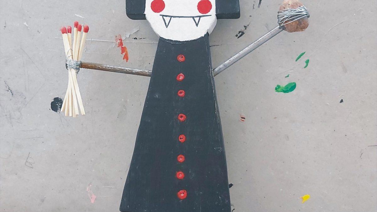 Laleczka z drewna pomalowanego