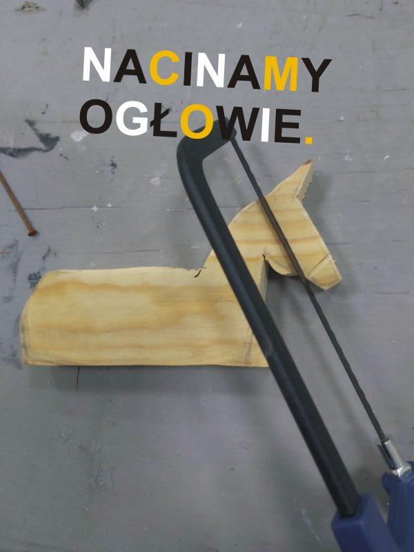 Piłka do cięcia wykonująca nacięcie na łbie figurki
