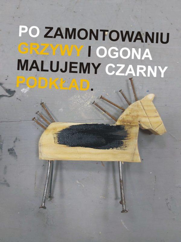 Drewniana figurka konika z nogami, ogonem, grzywą z gwoździ