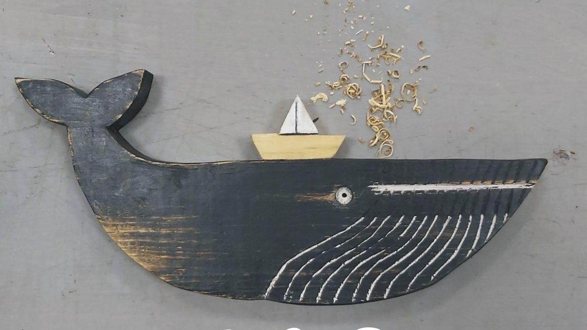 Wieloryb z drewna z łódeczką na grzbiecie