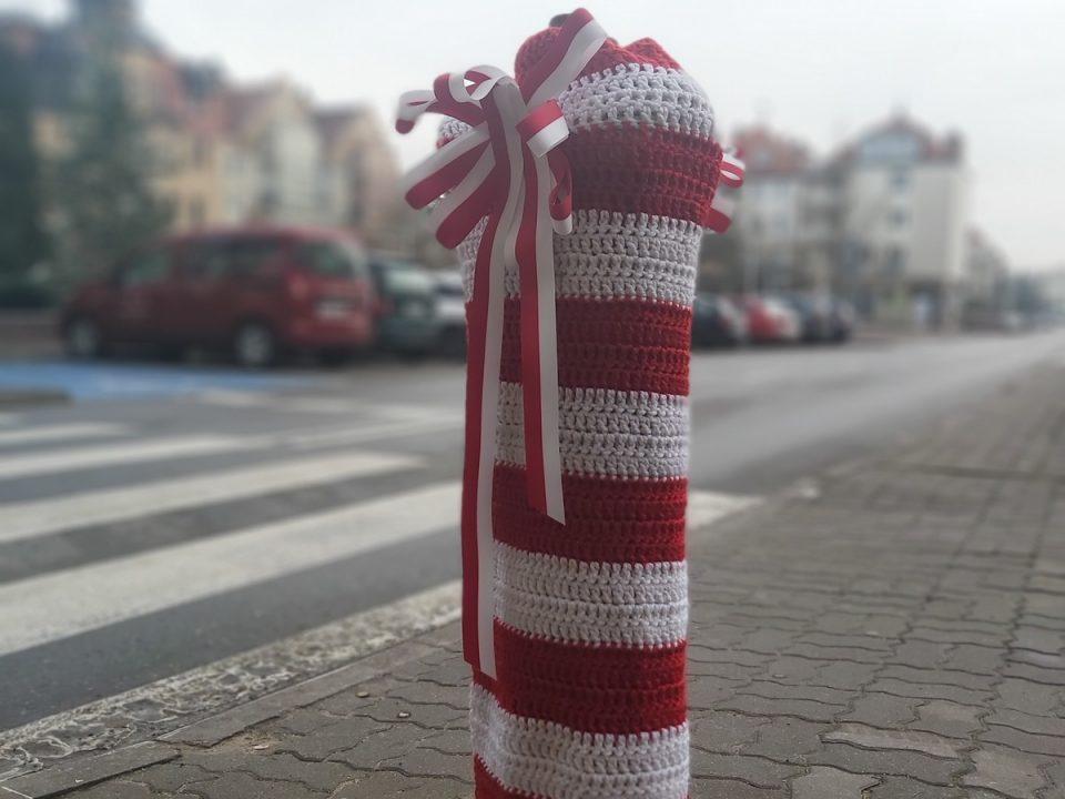 Hydrant udekorowany wełnianym ubrankiem