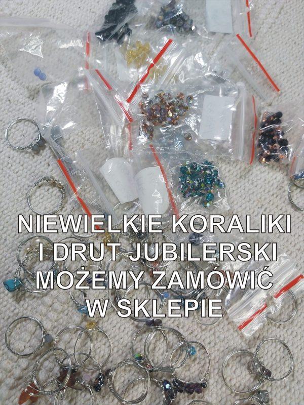 Pierścionki i małe torebki z koralikami