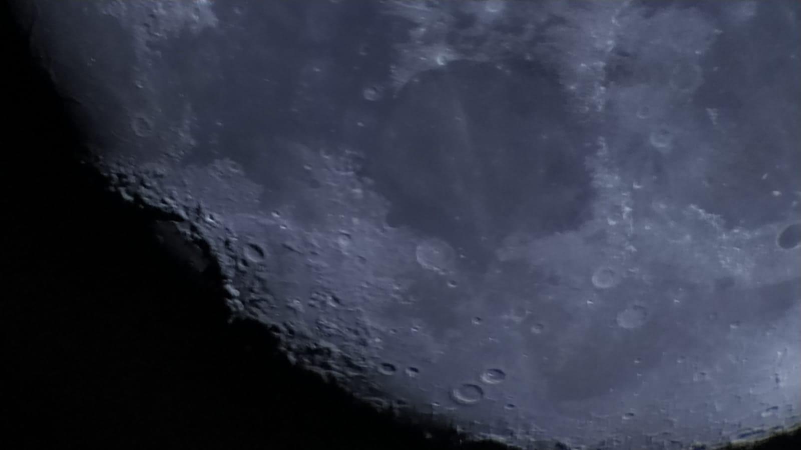 Zbliżenie kraterów Księżyca