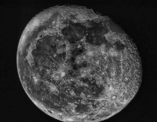 Kula Księżyca w zbliżeniu
