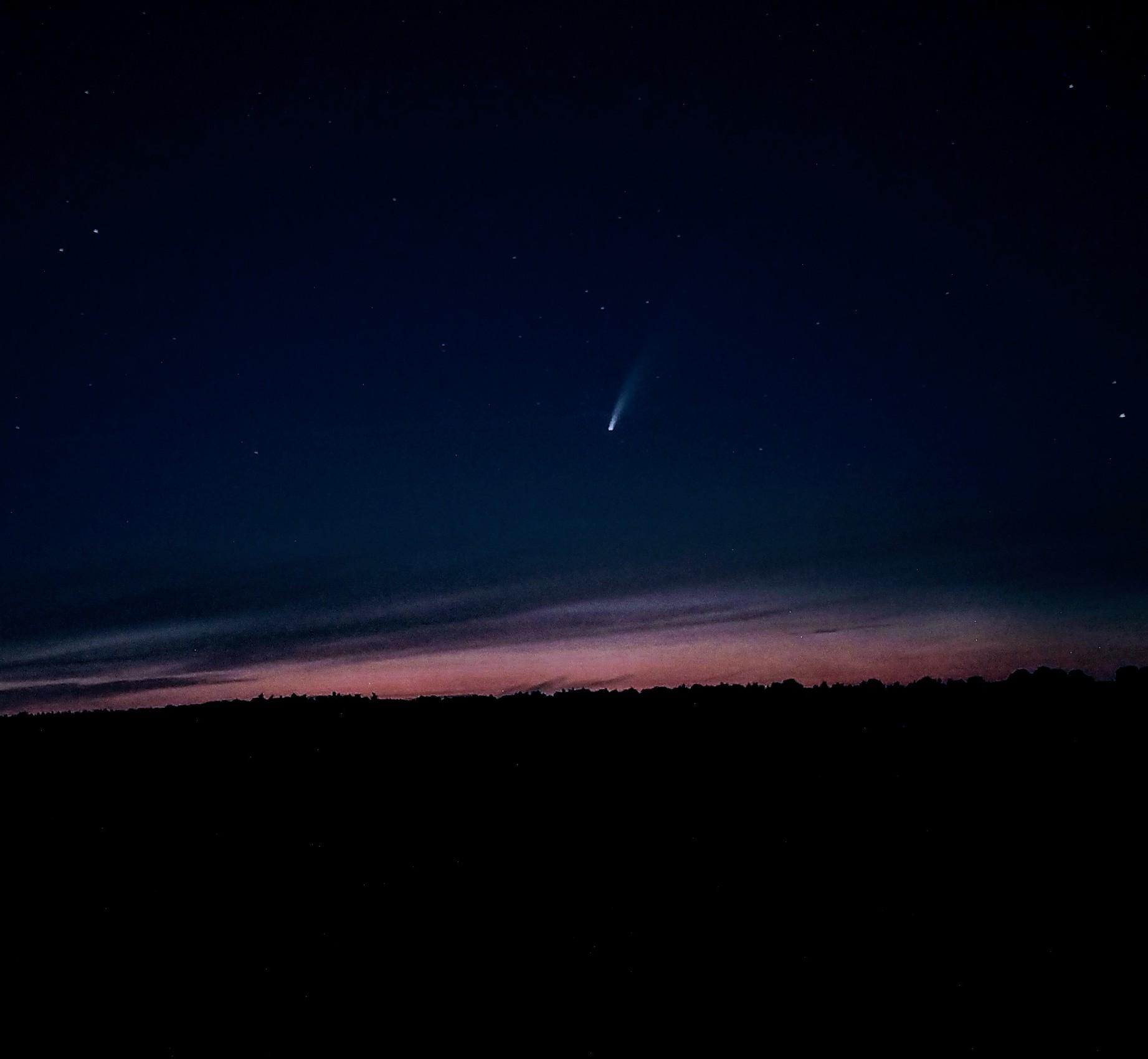 Kometa na nocnym niebie