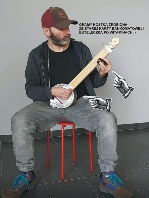 postać grająca na banjo