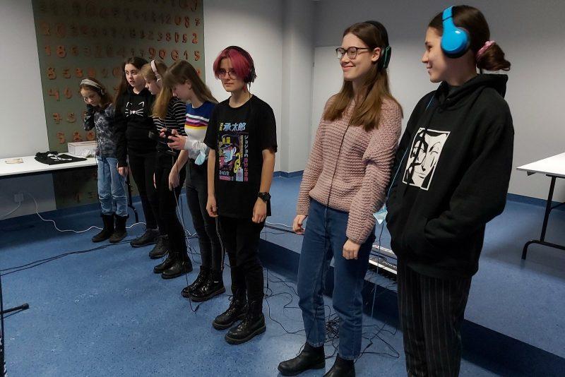 Młodzież w słuchawkach