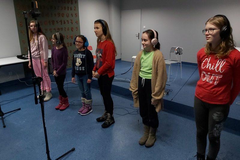 Grupa dzieci w słuchawkach