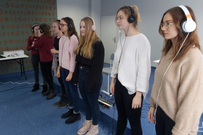 Grupa młodzieży w słuchawkach