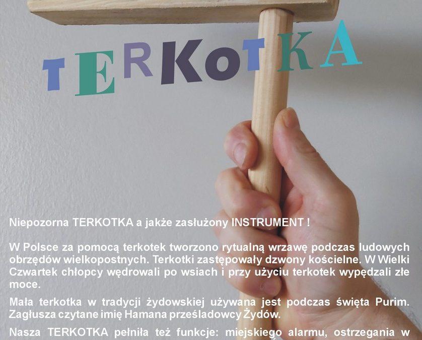 Dłoń trzyma instrument terkotkę