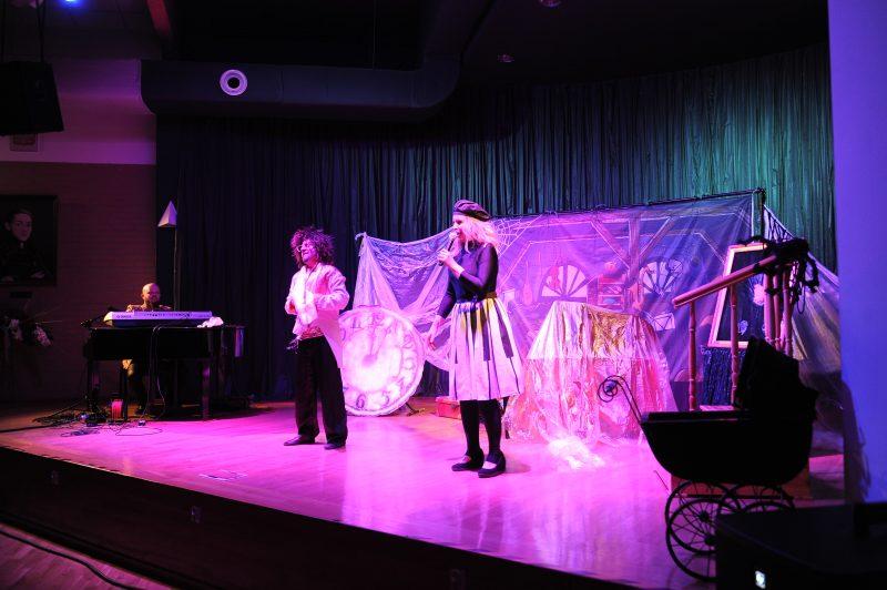 Aktorzy i pianista na scenie, stary wózek, balustrada