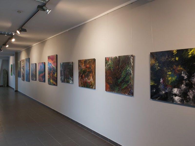Ściana galerii z obrazami