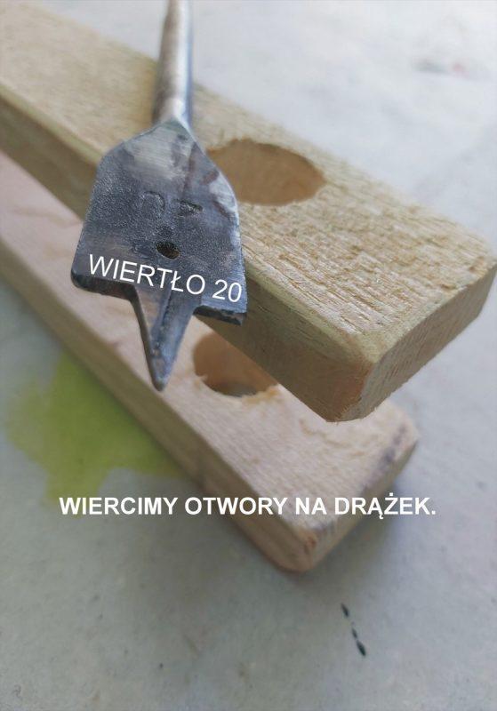 Wiertło piórowe na kawałku drewna z otworami