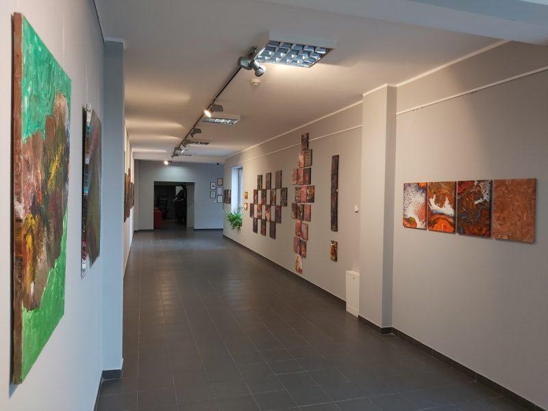 Widok galerii, podłoga, ściany z obrazami