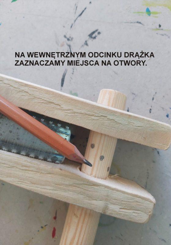 Ołówek zaznacza na drewnie kropki