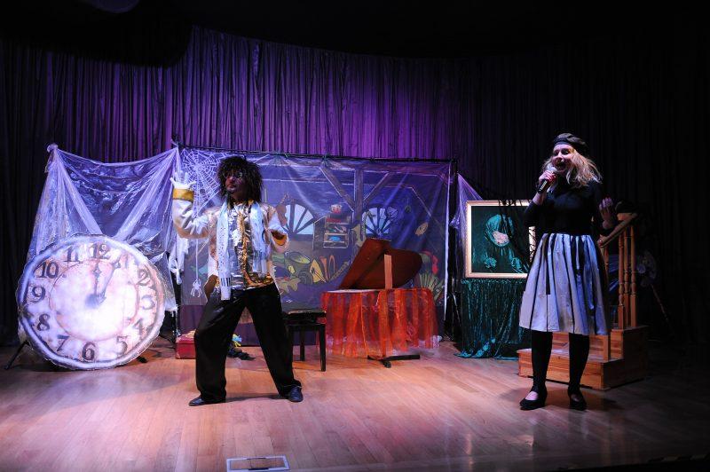 Aktorzy na scenie, tarcza starego zegara, obraz starego strychu