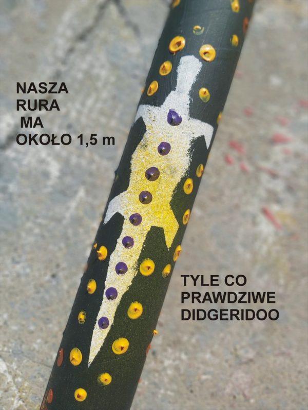 Fragment pomalowanej ozdobnie rury