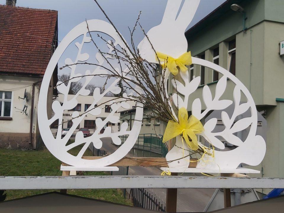 Dekoracja ażurowa jajko i zając, wstążki i bazie wielkanocne