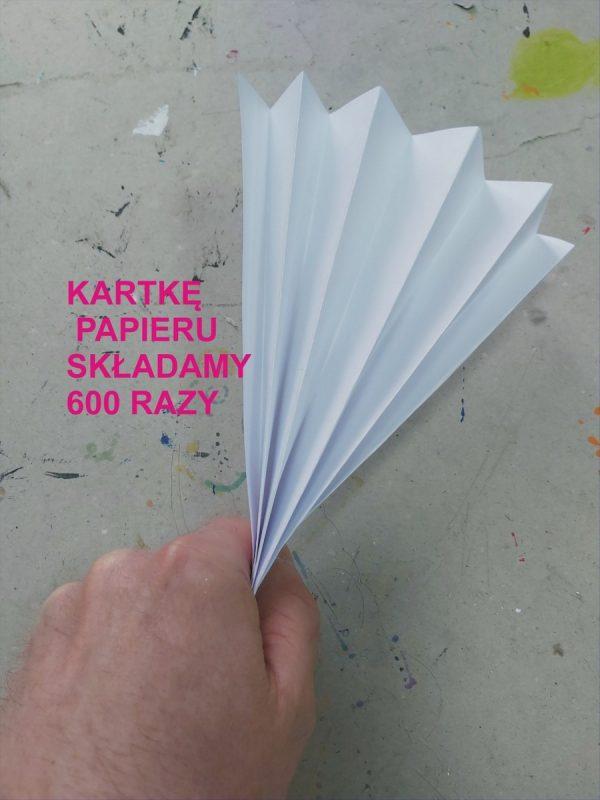 Kartka papieru złożona w harmonijkę