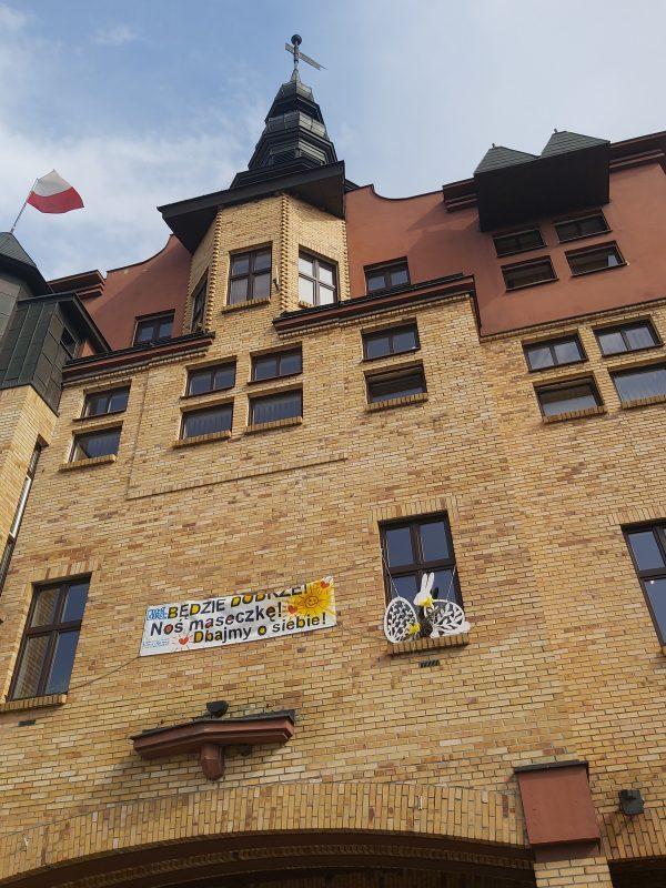 Dekoracje wielkanocne na parapecie okna budynku ratusza