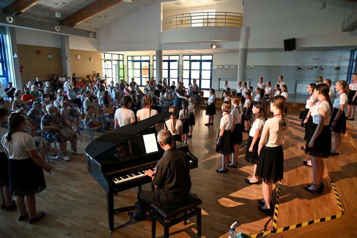 Sala koncertowa wypełniona chórzystkami i publicznością