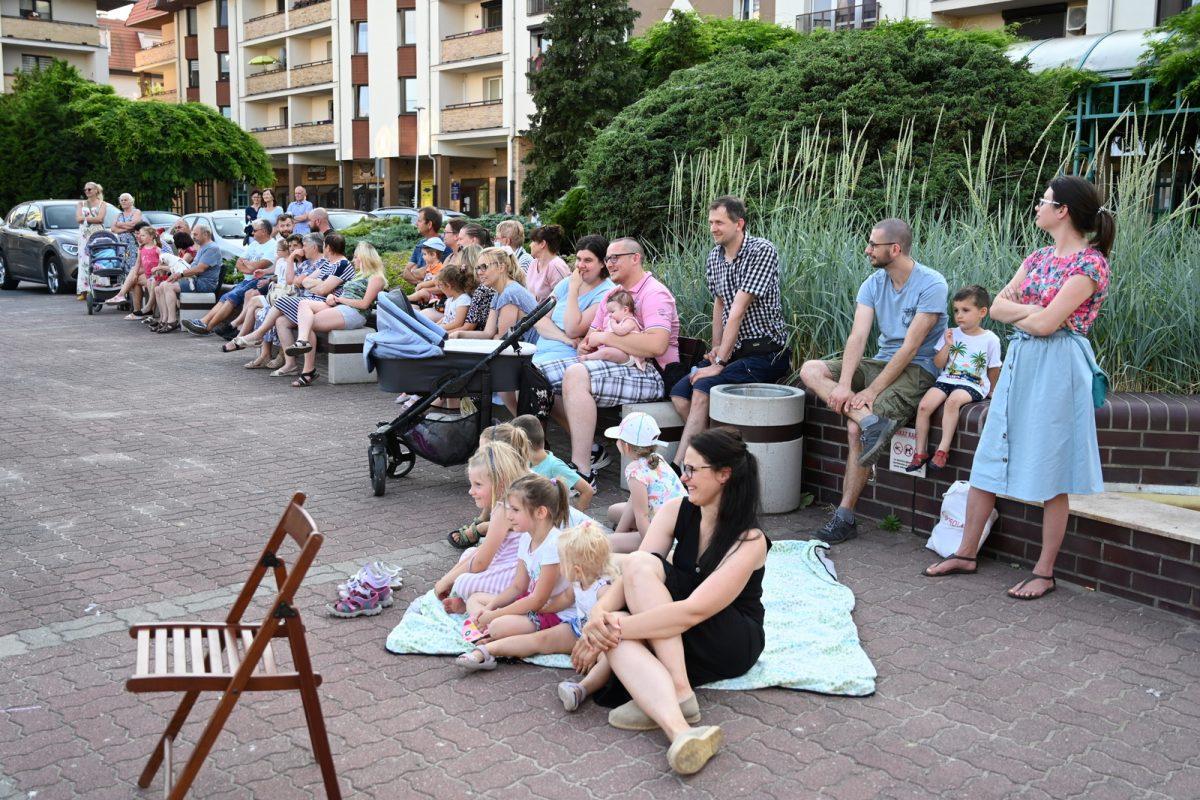 Publiczność spektaklu zgromadzona na placu