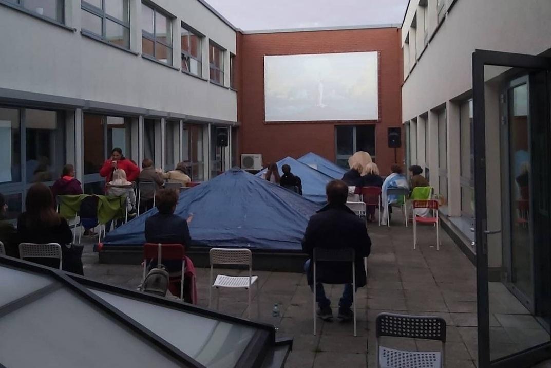 Publiczność w atrium przed ekranem kinowym