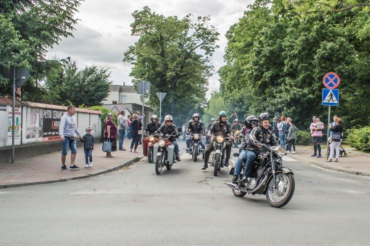 motocykliści na ulicach miasta