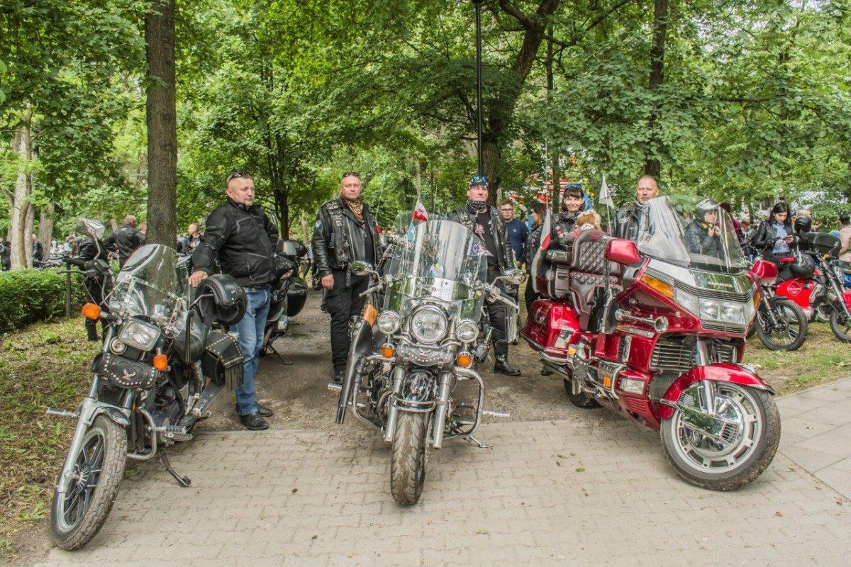 motocykliści przy motocyklach