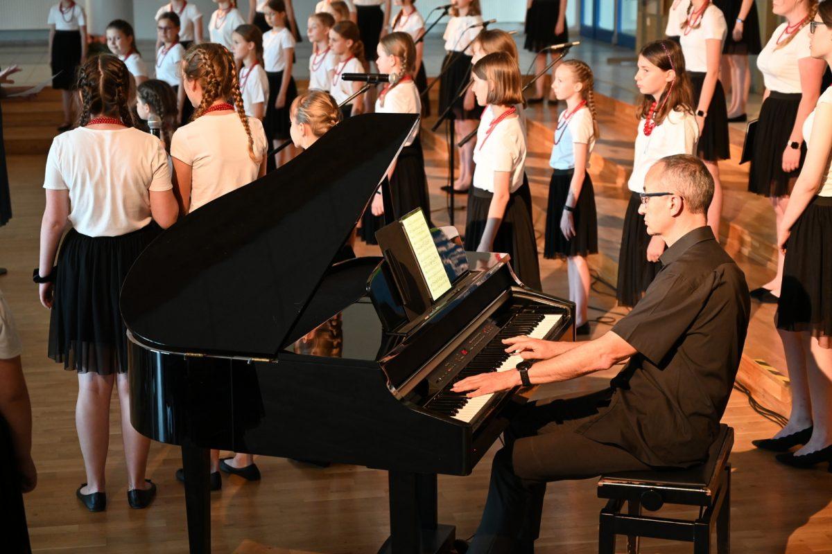Pianista gra na fortepianie