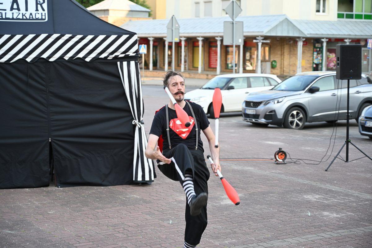 Aktor żongluje