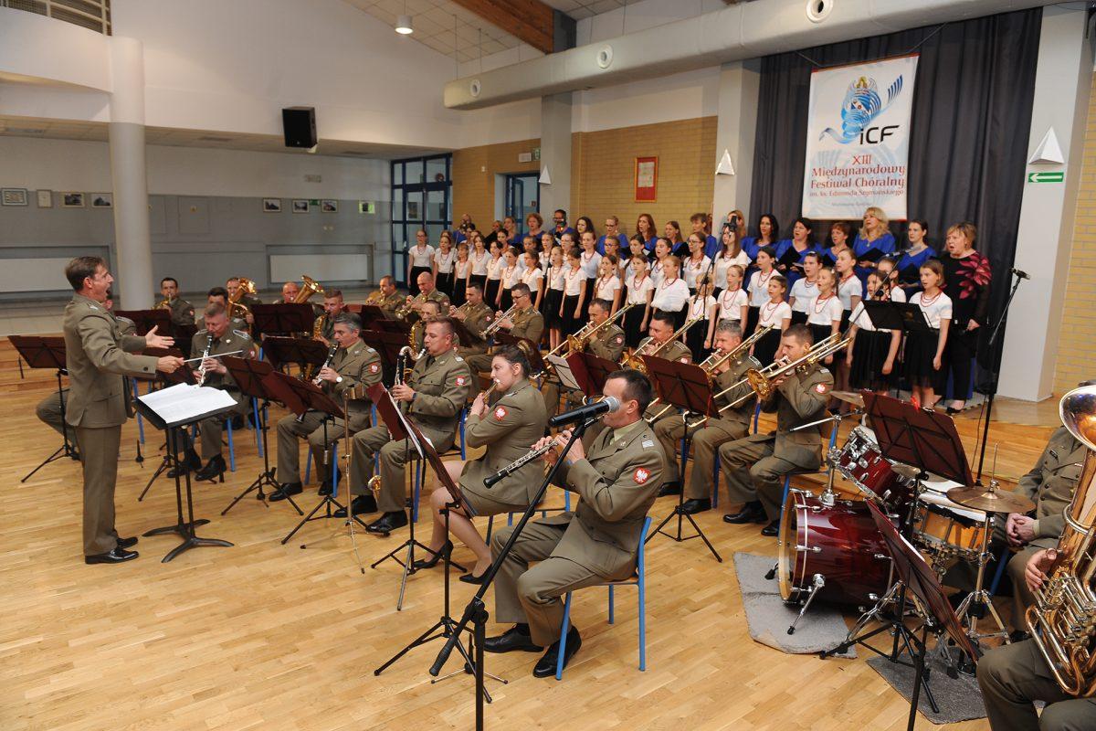 Orkiestra wojskowa w mundurach