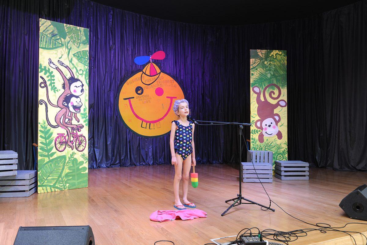 Dziewczynka w stroju plażowym na scenie