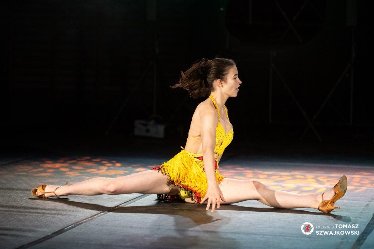 Tancerka w żółtym kostiumie