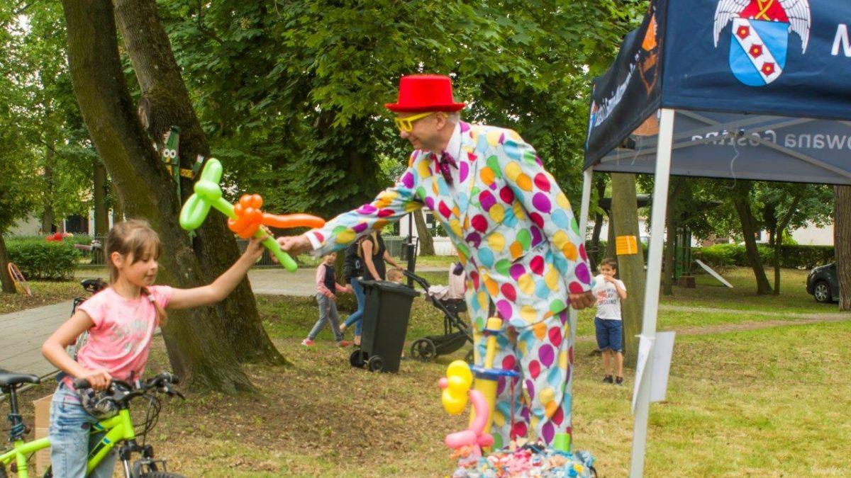 klaun ubrany w kolorową marynarkę