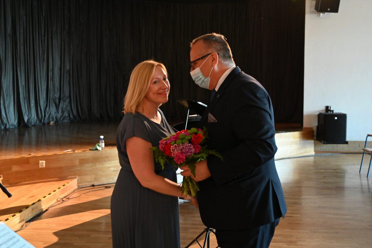 Burmistrz wręcza kwiaty dyrygentce
