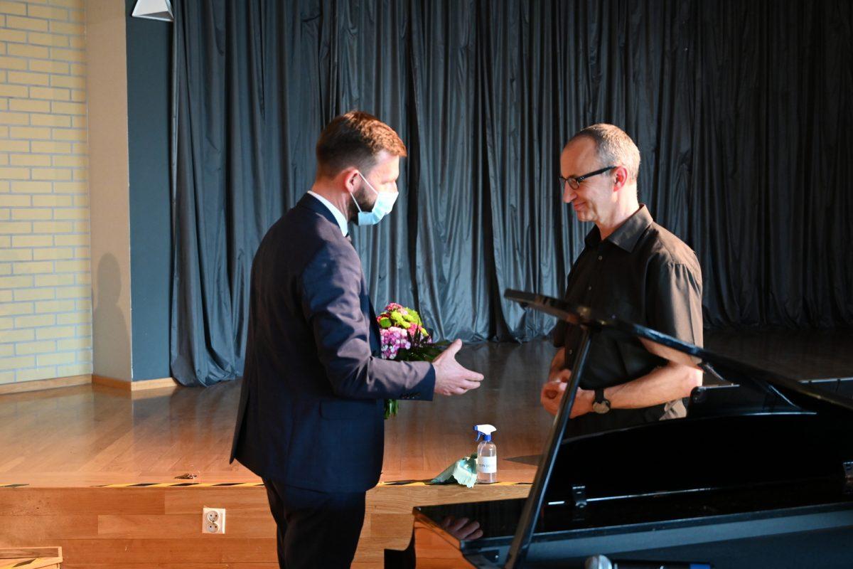 Zastępca Burmistrza podaje dłoń pianiście