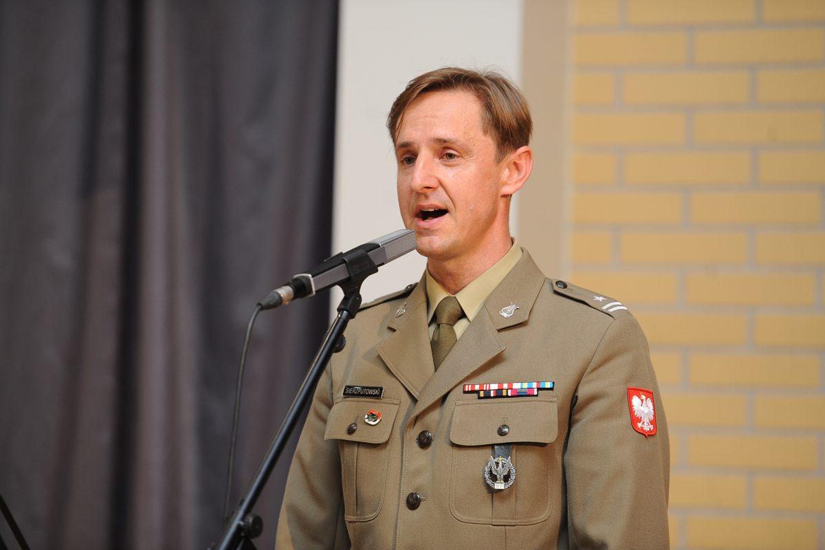 Solista w wojskowym mundurze