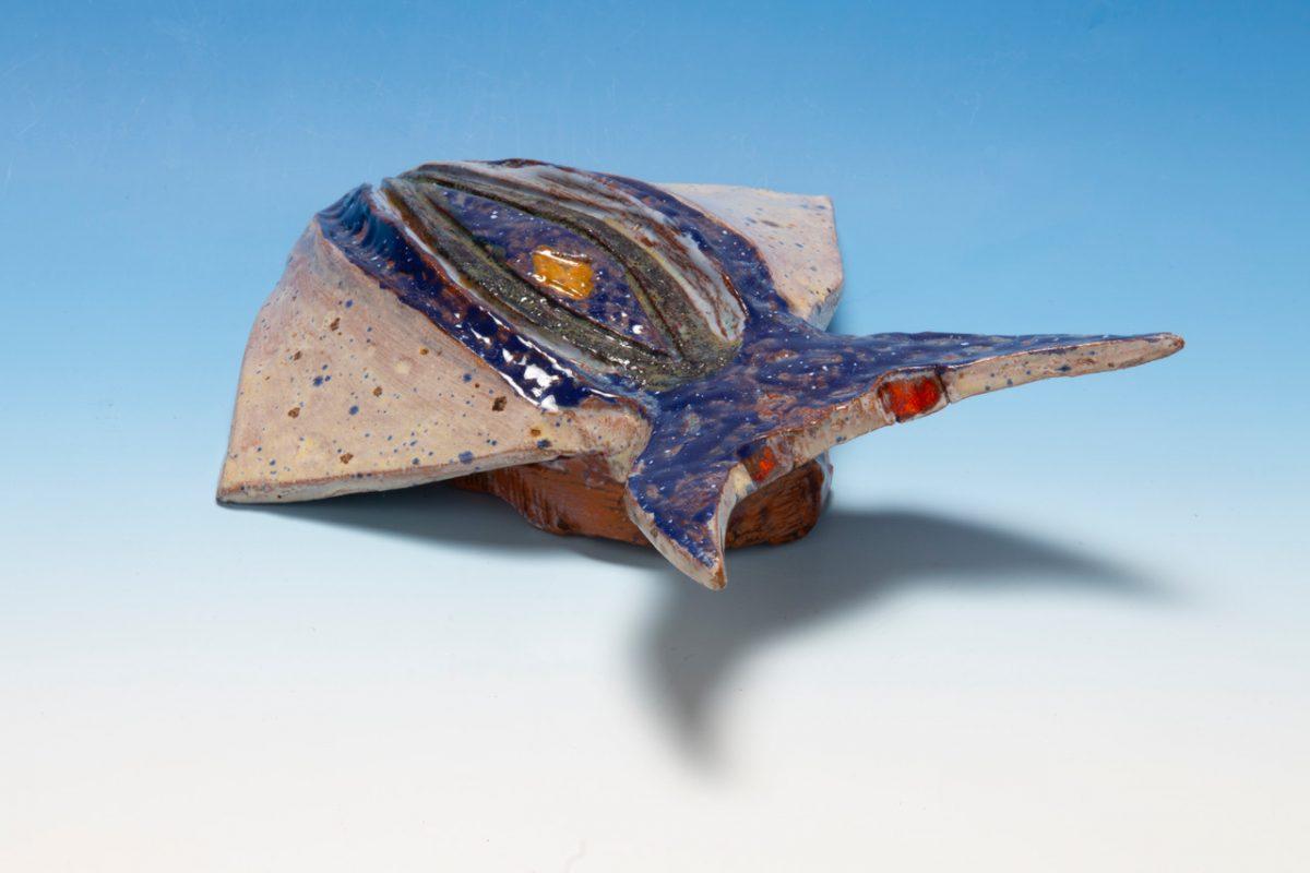 Figurka owada z gliny szkliwionej.