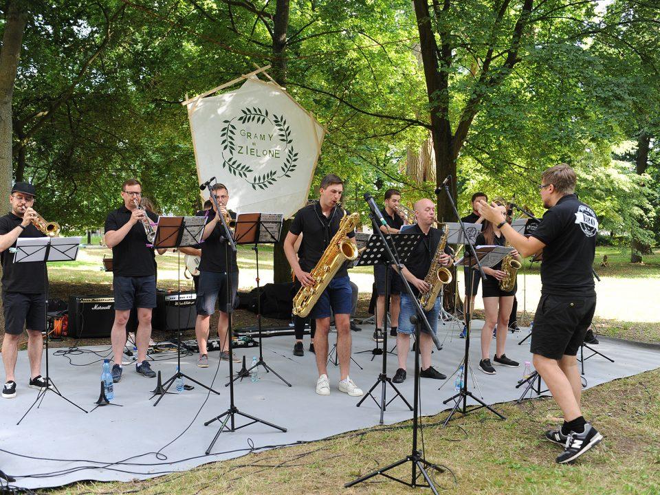 Zespół gra na trąbkach i saksofonach