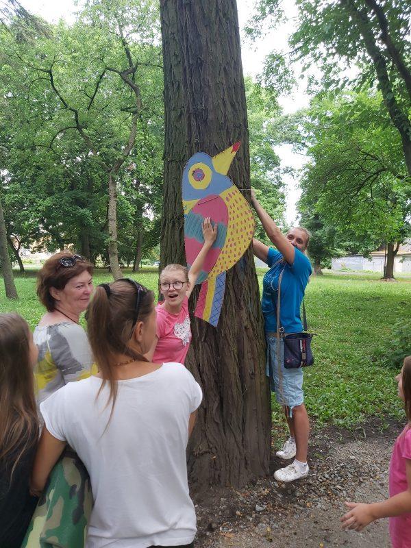 Zawieszanie ptaków na drzewach