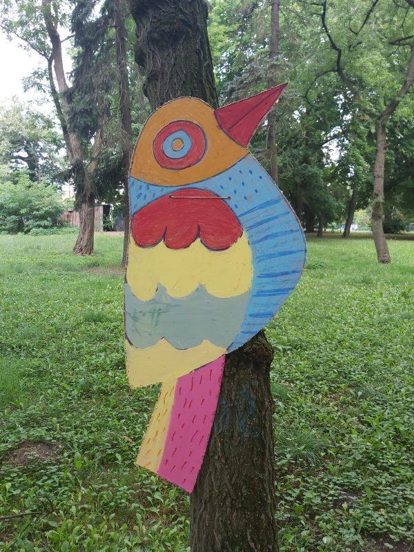 Kolorowy ptak na drzewie