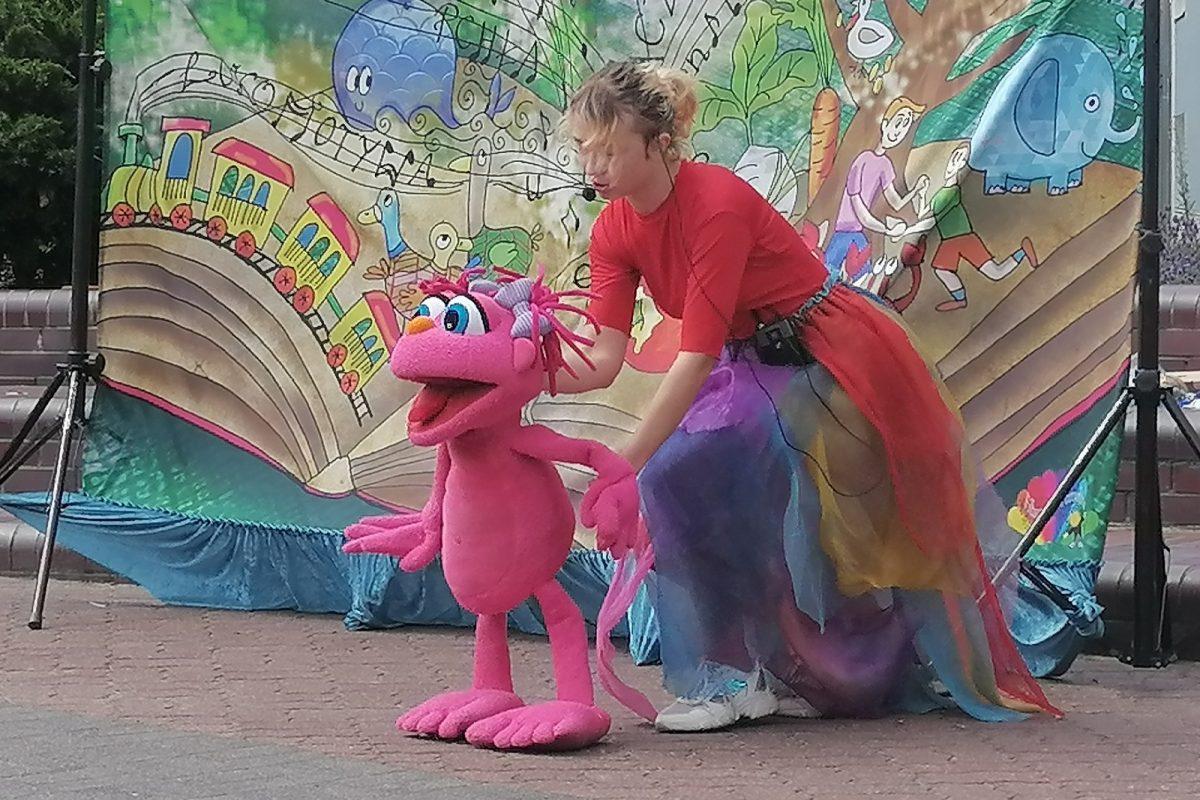 Aktorka animuje pluszową postać zabawnego ludzika