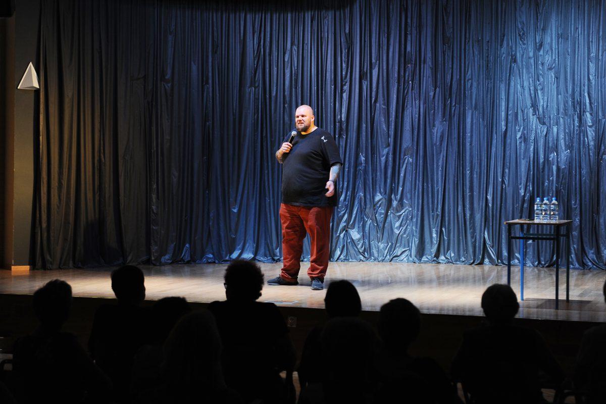 Mężczyzna z brodą na scenie