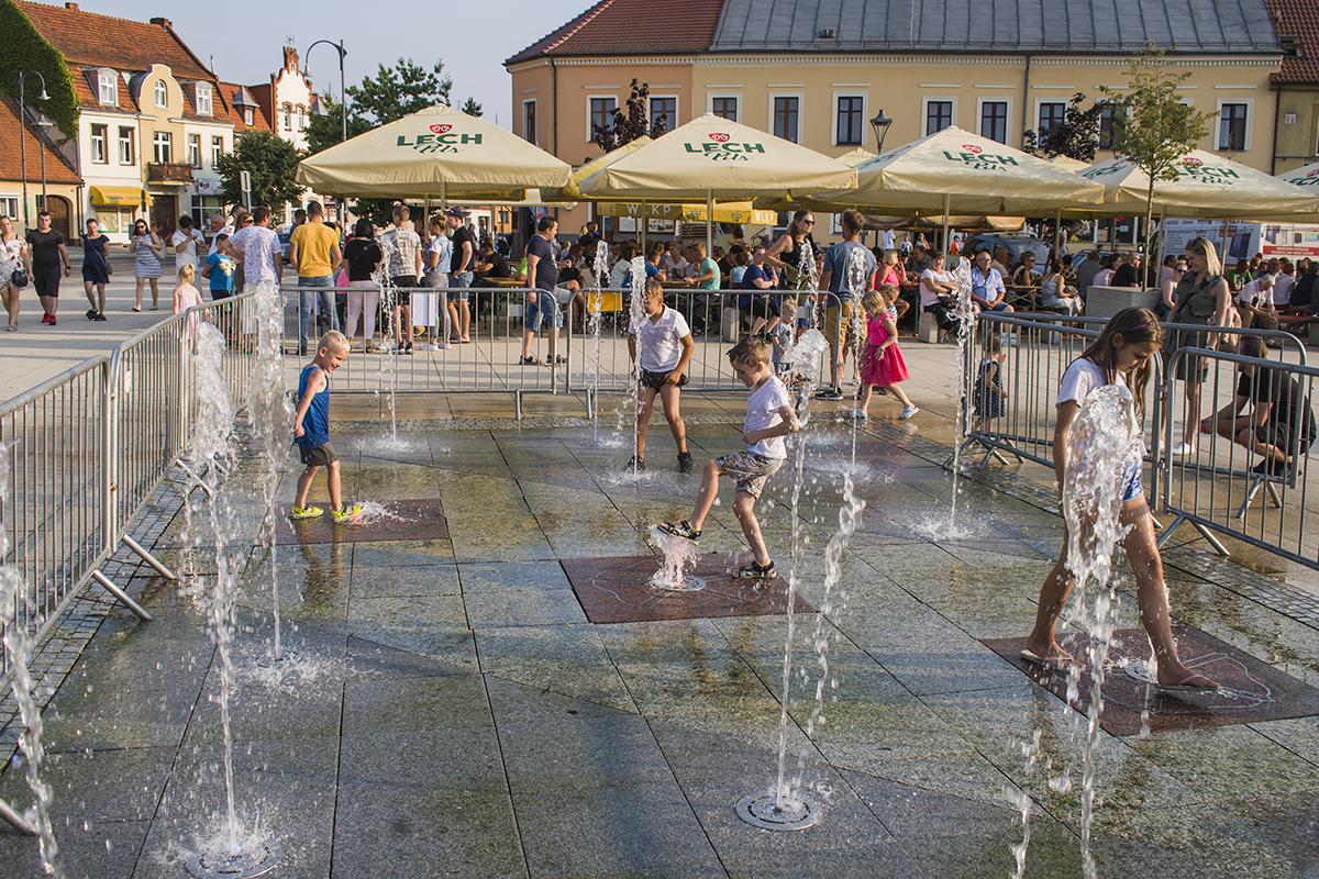 Dzieci bawią się w fontannie