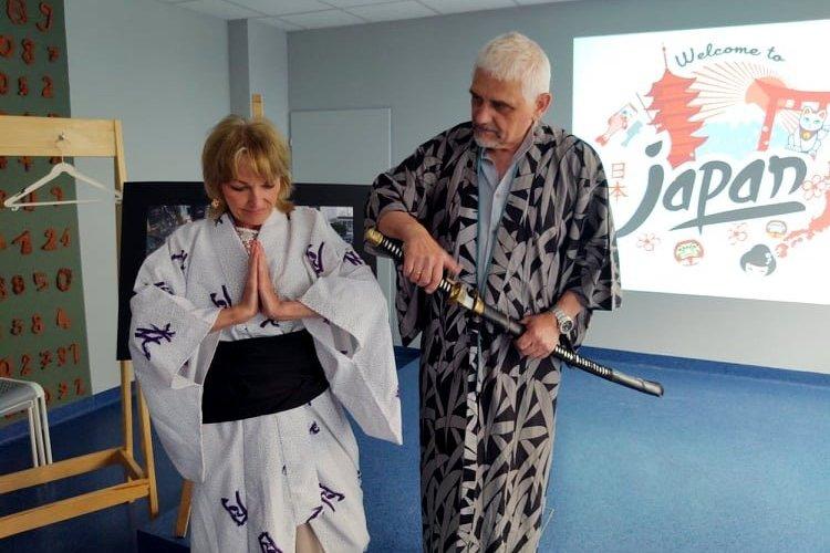 Kobieta ubrana w tradycyjny strój japoński ze złożonymi dłońmi