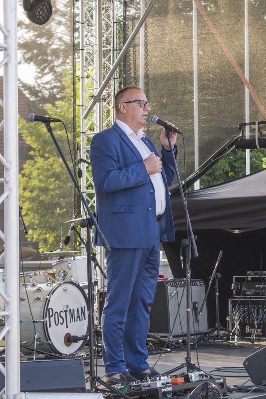 Burmistrz przemawia na scenie